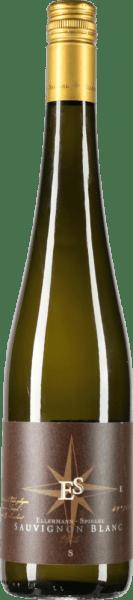 Der neben Edelstahl auch in neuen Tonneau-Fässern ausgebaute Sauvignon Blanc vom Weingut Ellermann-Spiegel besitzt eine verführerischen Duft nach Stachelbeere, Kiwi, Litschi und Maracuja. Am Gaumen treffen sich die tropischen Aromen mit einer feingliedrigen, mineralischen Textur und vereinen sich zu einem klasse Wein. Dieser deutsche Weißwein überzeugt mit saftigen Holunderaromen, reifer Stachelbeere und enormer Würze von Kaffee und gerösteten Haselnüssen im Abgang. Vinifikation des Sauvignon Blanc Goldkapsel von Ellermann-Spiegel Für seinen Spitzen-Sauvignon Blanc verwendet Frank Spiegel nur Trauben von ertragsreduzierten Reben mit hohem Durchschnittsalter. Nach der Pressung wird der Most im Edelstahltanks und zu ca. einem Drittel in Tonneau-Fässern aus französischer Eiche ausgebaut. Speiseempfehlung zum Sauvignon Blanc Goldkapsel von Ellermann-Spiegel Genießen Sie den Sauvignon Blanc von Frank Spiegel aus der Pfalz, zu Sushi oder frischen Sommersalaten.