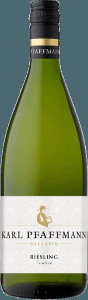 Der leichtfüßige Riesling aus der Feder von Karl Pfaffmann fließt mit brillantem Hellgelb ins Glas. Dieser sortenreine deutsche Wein präsentiert im Glas herrlich ausdrucksstarke Noten von Orangen, Kumquats, Früchtebroten und Birnen. Hinzu gesellen sich Anklänge von Wacholder, Garrigue und Liebstöckel. Am Gaumen startet der Riesling von Karl Pfaffmann wunderbar trocken, griffig und aromatisch. Trotz seines trockenen Geschmacksprofils überzeugt dieser Weißwein mit saftigem Schmelz und elegant eingebundener Restsüße. Auf der Zunge zeichnet sich dieser leichtfüßige Weißwein durch eine ungemein dichte und knackig Textur aus. Durch seine prägnante Fruchtsäure offenbart sich der Riesling am Gaumen beeindruckend frisch und lebendig. Im Abgang begeistert dieser Weißwein aus der Weinbauregion Pfalz schließlich mit beachtlicher Länge. Es zeigen sich erneut Anklänge an Pink Grapefruit und weiße Johannisbeere. Vinifikation des Karl Pfaffmann Riesling Dieser elegante Weißwein aus Deutschland wird aus der Rebsorte Riesling gekeltert. Nach der Lese gelangen die Trauben umgehend in die Kellerei. Hier werden sie selektiert und behutsam gemahlen. Es folgt die Gärung im Edelstahltank bei kontrollierten Temperaturen. Der Vergärung schließt sich eine Reifung für einige Monate auf der Feinhefe an, bevor der Wein schließlich in Flaschen abgefüllt wird. Speiseempfehlung für den Riesling von Karl Pfaffmann Genießen Sie diesen Weißwein aus Deutschland idealerweise gut gekühlt bei 8 - 10°C als Begleiter zu Kohl-Rouladen, Kokos-Limetten-Fischcurry oder Kartoffelpfanne mit Lachs.
