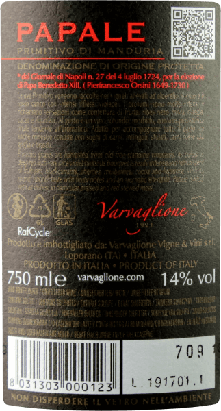 """Der Papale Primitivo di Manduria von Varvaglione ist eines der Aushängeschilder der Kellerei. Dieser außergewöhnliche Rotwein kommt mit leuchtendem Purpurrot und kirschroten Reflexen ins Glas. Die Nase wird bestimmt von intensivsten Noten reifer Beerenfrüchte, allen voran Brombeeren, Heidelbeeren und roten Johannisbeeren. Würzige Noten von braunem Kandis, Eichenholz, Kakao und Lakritz runden das Bouquet des Papale Primitivo di Manduria von Varvaglione Am Gaumen startet der Papale - italienisch für päbstlich - wunderbar rund, füllig und seidig. Seine dezente Fruchtsüße verbindet sich exzellent mit weichen Tanninen und einer stimmig eingewobenen Fruchtsüße. Vinifikation des Papale Primitivo di Manduria von Varvaglione Für diesem Spitzen-Primitivo aus Manduria werden nur Trauben besonders alter Rebstöcke verwendet. Nach der Lese werden sie entrappt und eingemaischt. Nach einer gewissen Maische-Standzeit wandert der Papale Primitivo di Manduria bei 26-28°C in die Gärtanks. Nach abgeschlossener Gärung und biologischer Säureumwandlung wird der Varvaglione Papale in Tonneaus aus französischer Eiche gefüllt, in denen er sich anschließend für 8 Monate verfeinern kann.Ins Leben gerufen wurde die Papale-Weinserie anlässlich 90jährigen Bestehens von Varvaglione, das im Jahre 2012 gefeiert wurde. Der """"päpstliche"""" Wein erhielt seinen Namen übrigens vom Weinberg, auf dem die Trauben für den Papale Primitivo wachsen, denn der gehörte einst der Familie von Papst Benedikt XIII. Speiseempfehlung für den Varvaglione Papale Primitivo di Manduria Genießen Sie diesen erstklassigen Primitivo von alten Reben zu würzigen Fleischgerichten wie Lammragout mit Zimt und Quitten, zu gegrilltem Entrecôte mit Schmorpaprika oder einfach zu erlesener feinherber Schokolade. Prämierungen für den Papale Primitivo di Manduria von Varvaglione Mundus Vini: Gold für 2017 Asio Wine Trophy: Gold für 2017 Concours Mondial de Bruxelles: Silber für 2017 Luca Maroni: 93 Punkte für 2016"""