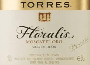 DerFloralis Moscatel Oro von Miguel Torres wird aus derMoscateltrauben (100%) vinifiziert und besitzt im Glas eine wunderbare Bernsteinfarbe. Dieser reinsortige Dessertwein verströmt ein verlockendes Bouquet mit einem feinen Blütenduft nach Rosen und frischen Aromen nach Zitrusfrüchten. Am Gaumen ist dieser Süßwein saftig und herrlich konzentriert. Das Finale überzeugt mit guter Länge und angenehmer Süße. Vinifikation des Miguel Torres Floralis Moscatel Oro Die Trauben werden nach einem 6-stündigen Maischekontakt gepresst. Um die natürliche Süße zu erhalten, wird dem Most vor der Vergärung ein Weindestillat zugesetzt. Im Stahltank wird der Dessertwein für ein Jahr gereift. In der Flasche lagert dieser Dessertwein noch 2-4 Monate, bis dieser süße Wein für den Verkauf freigegeben wird. Speiseempfehlung für den Floralis Moscatel Oro von Miguel Torres Dieser spanische Dessertwein ist ein idealer Begleiter zu Süßspeisen / Backwerken mit getrockneten Früchten und Honig- oder Karamelltopping oder auch zu der spanischen NachspeiseCrema Catalana.