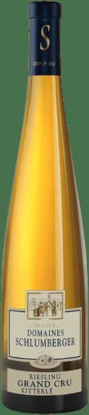 Der Riesling Grand Cru Kitterle Alsace aus der Feder von Domaines Schlumberger aus dem Elsass offeriert im Glas eine leuchtende, hellgelbe Farbe. Gibt man ihm durch Schwenken etwas Luft, so kann man bei diesem Weißwein eine perfekte Balance wahrnehmen, denn er zeichnet sich an den Glaswänden weder wässrig noch sirup- oder likörartig ab. Die erste Nase des Riesling Grand Cru Kitterle Alsace offenbart von Birnen, Äpfel und Quitten. Den fruchtigen Aspekten des Bouquets gesellen sich noch mehr fruchtig-balsamische Nuancen hinzu. Der Domaines Schlumberger Riesling Grand Cru Kitterle Alsace präsentiert sich dem Weintrinker angengehm trocken. Dieser Weißwein zeigt sich dabei nie grobschlächtig oder karg, wie man es bei einem Wein Spitzenweinbereich erwarten kann. Ausgeglichenen und facettenreich präsentiert sich dieser leichte und samtige Weißwein am Gaumen. Durch seine lebendige Fruchtsäure offenbart sich der Riesling Grand Cru Kitterle Alsace am Gaumen herrlich frisch und lebendig. Im Abgang begeistert dieser Weißwein aus der Weinbauregion Elsass schließlich mit schöner Länge. Es zeigen sich erneut Anklänge an Quitte und Birne. Vinifikation des Riesling Grand Cru Kitterle Alsace von Domaines Schlumberger Dieser Weißwein legt den Fokus klar auf eine Rebsorte, und zwar auf Riesling. Für diesen außergewöhnlich balancierten sortenreinen Wein von Domaines Schlumberger wurde nur erstklassiges Lesegut verwendet. Nach der Weinlese gelangen die Trauben auf schnellstem Wege ins Presshaus. Hier werden sie selektiert und behutsam gemahlen. Es folgt die Gärung im Edelstahltank bei kontrollierten Temperaturen. Der Vergärung schließt sich eine Reifung für einige Monate auf der Feinhefe an, bevor der Wein schließlich abgefüllt wird. Speiseempfehlung für den Riesling Grand Cru Kitterle Alsace von Domaines Schlumberger Erleben Sie diesen Weißwein aus Frankreich am besten moderat gekühlt bei 11 - 13°C als begleitenden Wein zu Spargelsalat mit Quinoa, fruchtiger Endiviensalat oder gebratene