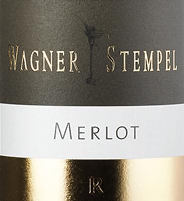 Der Merlot R trocken von Wagner-Stempel aus dem deutschen Weinanbaugebiet Siefersheim in Rheinhessen ist ein rebsortenreiner, ausbalancierter und komplexer Rotwein, der ausschließlich aus biologisch angebauten Merlot-Trauben vinifiziert wird. Im Glas schimmert dieser Wein in einem tiefen Rubinrot mit dunkelvioletten Glanzlichtern. Die Nase wird von einem fruchtig-würzigen Bouquet gekonnt verwöhnt. Es entfalten sich beerige Aromen nach saftigen Brombeeren und Cassis - perfekt ergänzt von würzig-balsamischen Noten nach Tabak sowie Schokolade und einem feinen Hauch nach Eichenholzwürze. Am Gaumen besitzt dieser deutsche Rotwein eine filigrane Säure, die wundervoll mit dem kräftigen, und überaus mineralischem Körper harmoniert. Dazu steht die samtige, prägnante Tanninstruktur in perfekter Balance. Mit verführerischer Kraft und enormen Volumen schließt dieser Wein mit einem Finale von großer Länge ab. Vinifikation des Wagner Stempel Merlot Reserve Die Merlot-Trauben für diesen Rotwein wachsen in einer einzigen Parzelle am Siefersheimer Höllberg. Der Boden besteht ist steinig mit schluffigem Lehm und anstehendem Rhyolithgestein im Untergrund. Von Hand werden die Trauben sehr spät gelesen und bereits im Weinberg selektiert. Im Weinkeller von Wagner-Stempel wird dieser Rotwein nach abgeschlossenem Gärprozess in Barriquefässern aus Eichenholz ausgebaut. Speiseempfehlung für den Reserve Wagner-Stempel Merlot Dieser trockene Rotwein aus Deutschland ist ein hervorragender Begleiter zu Rinderschmorbraten in dunkler Sauce, kräftigen Fleischeintöpfen oder auch zu Lammkarree mit Ofenkartoffeln.