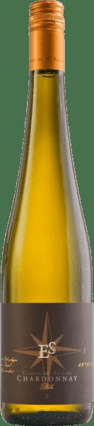 Mit dem Chardonnay Goldkapsel von Ellermann-Spiegel kommt ein herrlicher Weißwein ins Glas, der mit ausdrucksstarker hellgoldener Farbe leuchtet. Die erste Nase dieses ausdrucksstarken Weißweins aus der Pfalz offenbart reife Abbé Fetel und Williams Birne, etwas Ananas, gefolgt von mineralischen Noten und einer Nuance Galia-Melone. Am Gaumen zeigt sich der Chardonnay Goldkapsel von Frank Spiegel wunderschön zart, cremig und füllig. Dennoch mangelt es dem Wein nicht an Eleganz. Zu den Aromen der Nase gesellt sich am Gaumen noch etwas zartsüßes Kernobst sowie eine verspielte Muskat-Würze. Die harmonische Säure des Weins sorgt für lebendigen Trinkfluss. Vinifikation desChardonnay Goldkapsel von Ellermann-Spiegel Die Trauben für diesen Spitzen-Chardonnay gewinnt Frank Spiegel aus seiner Domterrassen-Parzelle. Nach der Maischung wird der Saft abgepresst und temperaturkontrolliert im Edelstahltank vergoren.Dabei werden ca. 30% in Barriques aus französischer Eiche vinifziert, um dem Wein noch mehr Komplexität und Schmelz zu verleihen. Speisempfehlung zu Ellermann-Spiegel Chardonnay Goldkapsel Genießen Sie diesen kraftvollen deutschen Weißwein aus der Pfalz am besten zu gebratenem Hühnchen mit mediterranem Grillgemüse oder einfach nur so.