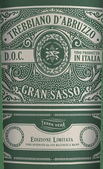 DerGran Sasso Trebbiano von Farnese Vini ist ein unkomplizierter, rebsortenreiner und fruchtig-frischer Weißwein aus dem italienischen Weinanbaugebiet Abruzzen. Ein strahlendes Strohgelb mit hell-glänzenden Reflexen präsentiert sich bei diesem Wein im Glas. Das intensive Bouquet offenbart anhaltende Noten nach saftigen Pfirsichen und aromatischen Mispeln. Dazu gesellen sich noch florale Aromen nach weißen Blüten - besonders Orangenblüte. Am Gaumen ist dieser italienische Weißwein wunderbar vollmundig mit einer perfekt ausgewogenen Struktur. Im Finale überzeugt dieser Weißwein mit einer anhaltenden Länge. Speiseempfehlung für den Farnese ViniGran Sasso Trebbiano Dieser trockene Weißwein aus Italien ist ein hervorragender Begleiter zu leichten Vorspeisen (knackiger Salat mit Hähnchenbrust), Gemüsesticks mit Frischkäse-Dip oder auch zu frischem Fisch.