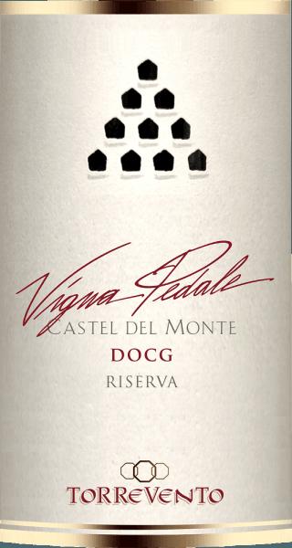 """Castel del Monte - das achteckige Jagdschloss von Friedrich II. steht im nördlichsten Teil der Murgia, ist Weltkulturerbe und in Italien weithin bekannt. Dieses ikonische Bauwerk ziert die Rückseite der 1-Cent Münze, diente als Vorbild für die Kulisse des Bibliotheks-Turmes im Erfolgsfilm """"Der Name der Rose"""" und erscheint auch im Logo des Weingutes Torrevento.  Die Weintrauben für den Vigna Pedale Wein entstammen Rebstöcken, die älter als 30 Jahre sind und auf den kargen, steinreichen Böden in der Murgia gedeihen - nicht wenige gar in Sichtweite des Castel del Monte. Nur wenig Trauben lassen die im Buschformsystem """"Alberello"""" kultivierten Reben zu. Für die Sorte Uva di Troia ist Apulien eine der wichtigsten Regionen. Ursprünglich kam diese Sorte Wein aus Griechenland und wird hier schon über 3.000 Jahre gepflanzt. Diese auch unter dem Namen Nero di Troia bekannte Rebsorte wird für den sortenreinen Vigna Pedale genutzt.  Wichtiger als das weithin sichtbare Castel del Monte ist für das Weingut Torrevento aber das im 15. Jahrhundert erbaute Kloster. Dies wurde 1948 von Francesco Liantonio erworben. Seitdem wird das unterirdische Kellergewölbe für die Weinherstellung genutzt.  DerVigna Pedale Castel del Monte Riserva DOCG von Torrevento ist ein echter Medaillen-Jäger. Dieser sortenreine Nero di Troia aus Apulien kommt mit tiefer, rubinroter Farbe ins Glas. An den Rändern geht dieser Spitzenwein in zartes Granatrot über. Die erste Nase des Vigna Pedale von Torrevento verheißt herrliche Würze nach Pfeffer, Waldboden, Pilzen, Unterholz und allerlei schwarzen Beerenfrüchten. Thymian und mineralische Nuancen des von Kalkstein geprägten Lehmbodens runden das Bouquet des Vigna Pedale perfekt ab. Am Gaumen startet das Aushängeschild von Torrevento herrlich fleischig und griffig. Ein konzentrierter Wein mit beachtlicher Länge und griffigen, markanten Tanninen, die sich mit Luft angenehm runden, ohne ihr Profil zu verlieren. Im überraschend langen Abgang wieder eine schöne Balanc"""