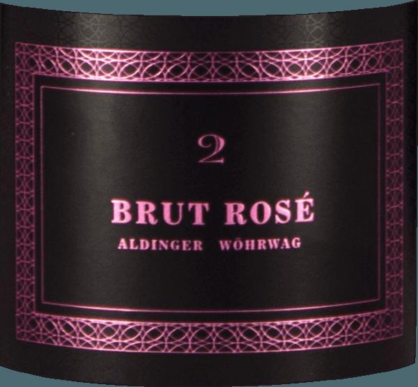 Der Brut Rosé 2 Sekt von Aldinger & Wöhrwag kommt mit hellem Rosarot ins Glas und offenbart sofort eine feine, elegante Perlage, die neben der eindrucksvollen Flasche mindestens genauso begeistert. Die Nase dieses Württemberger Winzersekts wird bestimmt von einem zarten Rosenduft, dem Anflüge von Holunder und würzigen Sanddorn-Beeren zur Seite stehen. Duftige Nuancen von Quitten, Orangen und Kumquats runden gemeinsam mit feinen Hefegebäck-Noten das Bouquet des Aldinger und Wöhrwag Brut Rosé 2 ab. Am Gaumen erweist sich der Brut Rosé 2 umgemein elegant und gleichzeitig druckvoll. Ein ausßergewöhnlicher Rosé Sekt, der so manchem Champagner für den 3-4fachen Preis Konkurrenz machen kann. Vinifikation des Brut Rosé 2 Sekt von Aldinger & Wöhrwag Dieser Sekt aus verschiedenen Burgunder-Trauben ist das Gemeinschaftsprojekt der Weingüter Aldinger und Wöhrwag aus dem Stuttgarter Raum. Beide VDP-Weingüter entschieden, dass bei einem solchen Wagnis maximale Expertise notwendig ist und die fanden sie logischerweise bei Volker Raumland, dem unbestrittenen Sekt-Meister Deutschlands. Im Jahr 2006, zwei Jahre nach dem ersten Pinot Brut, war es soweit. Der erste Brut Rosé erblickte das Licht der Weinwelt. Der Grundwein für diesen Spitzen-Roséschaumwein wird ausschließlich im Edelstahltank vinifiziert. Die 2. Gärung findet logischerweise in der Flasche statt. Anschließend reift Aldingers und Wöhrwags Brut Rosé 2 für zwei ganze Jahre auf der Hefe bevor die Flaschen degorgiert und verkorkt werden. Speiseempfehlungen zum Brut Rosé 2 von Aldinger und Wöhrwag Servieren Sie diesen exklusiven deutschen Winzersekt als Aperitif zu Kaisergranat auf Avocado-Apfel-Tatar oder zu leichten Canapés.
