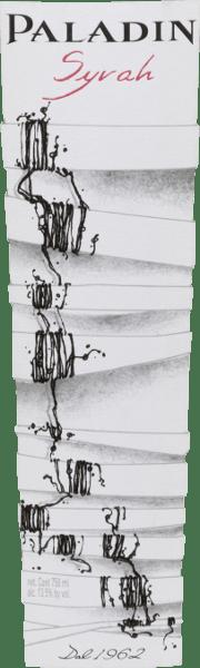 Der Syrah von Paladin ist ein reinsortiger Rotwein aus dem Anbaugebiet Annone Veneto. Im Glas zeigt sich ein kräftiges Rubinrot mit veilchenblauen Glanzlichtern. Ein ausdrucksstarkes und komplexes Bouquet mit Beeren (schwarze Johannisbeeren, Brombeeren und Himbeeren), Konfitüre und eleganten Gewürzen begrüßt die Nase. Dieser italienische Rotwein ist gut strukturiert, harmonisch und weich, mit Charakter und einer schönen Balance aus von zartem Säurespiel, intensiver Frucht und samtigen Tanninen. Auch im runden, harmonischen und mittellangen Abgang klingen Früchte nach. Vinifikation des Paladin Syrah Nach der Lese der Trauben werden diese entrappt, gemahlen und temperaturkontrolliert in Edelstahltanks vergoren. Im Anschluss reift und verfeinert der Wein für neun Monate in französischen Eichenfässern ehe er abgefüllt wird. Speiseempfehlung für den Syrah von Paladin Servieren Sie diesen Rotwein aus Venetien als Aperitif oder Begleiter zu Tapas (Schinken, Wurstplatte), zur Vesper oder Brotzeit und zu mittelreifem Weichkäse. Auszeichnungen für den Syrah Paladin Berliner Wine Trophy: Gold für 2016 Mundus Vini: Silber für 2015 Concours Mondial de Bruxelles: Gold für 2015 Selections Mondiales de Vins Canada: Gold für 2015