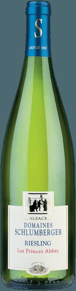 Der elegante Riesling Alsace Magnum von Domaines Schlumberger kommt mit leuchtendem Hellgelb ins Glas. Die erste Nase des Riesling Alsace Magnum zeigt Noten von Pampelmusen, Akazien und Pink Grapefruit. Den fruchtigen Komponenten des Bouquets gesellen sich noch mehr fruchtig-balsamische Nuancen hinzu. Dieser französische Wein begeistert durch sein elegant trockenes Geschmacksbild. Er wurde mit lediglich 2,5 Gramm Restzucker auf die Flasche gebracht. Hier handelt es sich um einen echten Qualitätswein, der sich klar von einfacheren Qualitäten abhebt und so verzückt dieser Franzose natürlich bei aller Trockenheit mit feinster Balance. Geschmack benötigt eben nicht zwingend viel Restzucker. Am Gaumen präsentiert sich die Textur dieses ausgeglichenen Weißweins wunderbar knackig und dicht. Durch seine präsente Fruchtsäure präsentiert sich der Riesling Alsace Magnum am Gaumen traumhaft frisch und lebendig. Im Abgang begeistert dieser sehr lagerfähige Weißwein aus der Weinbauregion Elsass schließlich mit beachtlicher Länge. Erneut zeigen sich wieder Anklänge an Akazie und Geissblatt. Im Nachhall gesellen sich noch mineralische Noten der von Sandstein und Verwitterungsgestein dominierten Böden hinzu. Vinifikation des Domaines Schlumberger Riesling Alsace Magnum Dieser Weißwein legt den Fokus klar auf eine Rebsorte, und zwar auf Riesling. Für diesen wunderbar balancierten reinsortigen Wein von Domaines Schlumberger wurde nur bestes Traubenmaterial geerntet. Im Elsass wachsen die Reben, die die Trauben für diesen Wein hervorbringen auf Böden aus Sandstein und Verwitterungsgestein. Nach der Lese gelangen die Trauben auf schnellstem Wege in die Kellerei. Hier werden sie sortiert und behutsam gemahlen. Es folgt die Gärung im Edelstahltank bei kontrollierten Temperaturen. Der Vergärung schließt sich eine Reifung für einige Monate auf der Feinhefe an, bevor der Wein schließlich abgefüllt wird. Speiseempfehlung für den Riesling Alsace Magnum von Domaines Schlumberger Dieser Franzose
