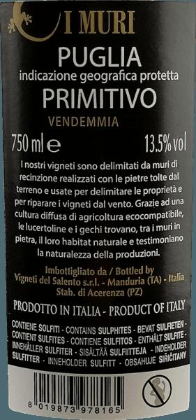 Der I Muri Primitivo von Vigneti del Salento zeigt sich in einer intensiv rubinroten Farbe mit violetten Reflexen. Sein Bouquet duftet verführerisch nach roten und schwarzen Früchten (Kirschen, Pflaumen und dunklen Waldbeeren). Am Gaumen ist dieser italienische Rotwein wunderbar weich. Die fruchtigen Aromen des Bouquets sind auch am Gaumen präsent, wo sie sich saftig und opulent präsentieren. Untermalt werden diese von einer eleganten Würze nach Zedernholz und mediterranen Kräutern. Samtige Tannine begleiten den vollmundigen, kräftigen Körper mit viel Schmelz und Wärme. Vinifikation des I Muri Primitivo Für diesen Primitivo wachsen die Trauben im Salento auf Böden aus rotem Backstein. Dieser speichert die Wärme und gibt sie dann in der Nacht an die Reben ab. So werden die großen Temperaturunterschiede ausgeglichen. Mit der Brise vom Meer begünstigen diese Bedingungen die Entwicklung besonders intensiver Fruchtaromen. Nach der Lese werden die Trauben sorgfältig abgebeert und gequetscht. Der Most vergärt für ca. 10 Tage auf der Maische. Anschließend wird auch die malolaktische Gärung im Stahltank durchgeführt. Ein Teil des Grundweines wird für einige Zeit in gebrauchten Fässern ausgebaut, bevor er verschnitten und auf Flaschen gefüllt wird. Speiseempfehlung für den Vigneti del Salento I Muri Primitivo Sie genießen diesen Primitivo ausgezeichnet bei einer Temperatur von 18 - 19 Grad Celsius zu reichhaltigen Vorspeisen, allen Pasta-Gerichten, Pizza, dunklem Fleisch und milden Käsesorten. Auszeichnungen für den I Muri Primitivo AWC Vienna: Silber für 2016 Mundus Vini: Silber für 2016 Challenge International du France: Gold für 2014
