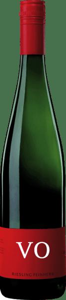 Der Riesling VO feinherb von Von Othegraven umschmeichelt die Nase mit einem fruchtigen Bouquet, welches von Zitrus und Pfirsich geprägt ist. Die Noten von Kräutern und hellen Blüten sind zusätzlich im Hintergrund zu erkennen. Am Gaumen präsentiert sich dieser Riesling feinsaftig und mit den animierenden Noten von Zitrusfrüchten mit einer kräuterwürzigen Mineralität. Der feine und filigrane Körper dieses Weißweines begeistert mit seiner spritzigen Lebendigkeit. Speiseempfehlung für den Von Othegraven Riesling VO Genießen Sie diesen halbtrockenen Weißwein zu gegrillten Hähnchenkeulen, leichten Fischgerichten oder Gemüseaufläufen.