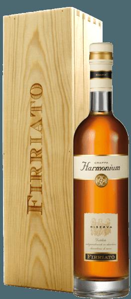 """Dieser einzigartig weiche Grappa wird aus den Trestern des vielfach ausgezeichneten Nero d'Avola """"Harmonium"""" hergestellt. Der Grappa Harmonium Riserva von Firriato betört durch seinen aromatischen Duft mit Nuancen von Vanille, Pflaumenmus, Mandel und Gewürznelke, der durch angenehm rauchigen Noten abgerundet wird. In einem Weinglas oder Cognacschwenker lässt sich dieser Grappa am besten genießen, da er so sein volles Aroma entfalten kann."""