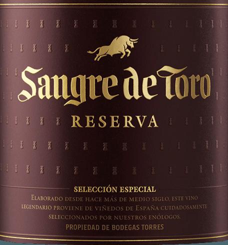 Ein Reserva von unverwechselbarer Persönlichkeit - der Sangre de Toro von Miguel Torres. Die wunderbare Rotwein-Cuvée wird aus den RebsortenGarnacha Tinta (60%), Carinena (25%) und Syrah (15%) vinifiziert. Im Glas erfreut dieser spanische Rotwein mit einem tiefen, dunkel glänzenden Purpurrot mit granatroten Highlights. Das Bouquet offenbart kräftige Aromen nach saftigen, dunklen Waldbeeren und reifen Schwarzkirschen mit Anklängen nach Röst- und Gewürznoten - insbesondere Vanille, Nelke und frisch gemahlener, schwarzer Pfeffer. Am Gaumen ist dieser spanische Rotwein wunderbar kraftvoll, saftig und warm. Die Frucht ist perfekt ausgewogen mit den seidigen Tanninen. Das elegante Finale überzeugt mit einer herrlichen Länge und fruchtig-würzigen Aromen. Vinifikation des Sangre de Toro von Miguel Torres Die gelesenen Trauben werden für zwei Wochen eingemaischt. Danach wird die Maische bei kontrollierter Temperatur 7-15 Tage im Edelstahltank bei 30 °C vergoren. Dieser Rotwein reift rund ein Jahr in Holzfässern aus 80% europäischer Eiche und 20% neuem Holz. Im April wird dieser Wein in die Flasche gefüllt und wird erst nach kurzer Ruhephase dem Handel freigegeben. Speiseempfehlung für den Miguel Torres Reserva Sangre de Toro Dieser trockene Rotwein aus Spanien ist köstlich zu Ragouts vom Wild oder Kaninchen, mediterranen Reis- und Gemüsepfannen oder auch zu pikanten Hartkäse. Prämierungen für den Sangre de Toro Reserva International Wine Challenge: Bronze für 2014