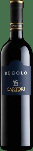 Der Nase zeigt dieser Sartori di Verona Rotwein allerlei Schwarzkirschen, Rumtopf, Waldfrucht-Konfit, Früchtebrote und Maulbeeren. Der Sartori di Verona Regolo Rosso Veronese begeistert durch sein elegant trockenes Geschmacksbild. Er wurde mit lediglich 8,6 Gramm Restzucker auf die Flasche gebracht. Wie man es natürlich bei einem Wein erwarten kann, so verzückt dieser Italiener natürlich bei aller Trockenheit mit feinster Balance. Aroma benötigt nicht unbedingt Restzucker. Am Gaumen präsentiert sich die Textur dieses ausgeglichenen Rotweins wunderbar samtig. Durch die balancierte Fruchtsäure schmeichelt der Regolo Rosso Veronese mit gefälligem Mundgefühl, ohne es gleichzeitig an saftiger Lebendigkeit missen zu lassen. Das Finale dieses gut reifungsfähigen Rotweins aus der Weinbauregion Venetien besticht schließlich mit schönem Nachhall. Der Abgang wird zudem von mineralischen Anklängen der von Lehm und Kalkstein dominierten Böden begleitet. Vinifikation des Sartori di Verona Regolo Rosso Veronese Dieser balancierte Rotwein aus Italien wird aus der Rebsorte Corvina gekeltert. Die Trauben wachsen unter optimalen Bedingungen in Venetien. Die Reben graben hier ihre Wurzeln tief in Böden aus Lehm und Kalkstein. Nach der Lese gelangen die Trauben auf schnellstem Wege ins Presshaus. Hier werden Sie sortiert und behutsam aufgebrochen. Anschließend erfolgt die Gärung im Edelstahltank und großen Holz bei kontrollierten Temperaturen. Der Gärung schließt sich eine Reifung über 24 Monate in 900 l Tonneau aus Eichenholz an. Dem Ausbau im Holzfass folgt noch eine umfassende Flaschenreife, was diesen Rotwein noch komplexer macht. Speiseempfehlung für den Regolo Rosso Veronese von Sartori di Verona Erleben Sie diesen Rotwein aus Italien am besten temperiert bei 15 - 18°C als begleitenden Wein zu Zitronen-Chili-Hühnchen mit Bulgur, pikantes Curry mit Lamm oder Kalb-Zwiebel-Auflauf.