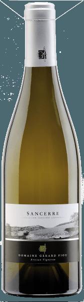 Der Sancerre Blanc AOC von Gérard Fiou zeigt sich im Glas in einem hellen und klaren Strohgelb. Dabei entfaltet dieser Sancerre mit seiner typischen Aromatik von Feuerstein, Zitrusfrüchten und zarten Noten von Gras. Dieser Weißwein aus der Appelation Sancerre lässt am Gaumen ein herrliches Zusammenspiel von Würze, Mineralität und Frucht erkennen. Ein überaus hermonischer Wein, der in einem langen Finale endet. Speiseempfehlung für den Sancerre Blanc AOC von Gérard Fiou Genießen Sie diesen trockenen Weißwein zu Fischfilet an Zitronenbutter mit Fenchel-Kartoffel-Gemüse, Seezunge mit Pfifferlingen oder Hühnchen mit Trüffel.