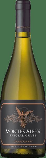 Die Reben für den komplexen, rebsortenreinen Montes Alpha Special Cuvée Chardonnay wachsen in der Region von Aconcagua Costa. Im Glas besitzt dieser Wein eine tiefgelbe Farbe mit glänzend goldenen Glanzlichtern. Das hervorragende Bouquet offenbart intensive Noten nach tropischen Früchten - es dominieren Noten nach Ananas und Banane. Dazu gesellen sich weißfleischige Pfirsiche mit fein mineralischen Noten. Unterlegt wird die Aromatik, dank dem Fassausbau, von Anklängen nach Haselnüssen und Vanille. Am Gaumen überzeugt dieser chilenische Weißwein mit seinem frischen Charakter, der von einem voluminösen Körper umschlossen wird. Die sehr angenehme Säure begleitet in den wunderbar anhaltenden Nachhall. Vinifikation des Chardonnay Special Cuvée Montes Alpha Anfang Februar bis Anfang April werden die Chardonnay Trauben am frühen Morgen von Hand in 300kg Behältern gelesen. Im Weinkeller angekommen, wird das Lesegut entrappt, gepresst und mehrere Stunden kalt eingemaischt. Danach wird der Most in Edelstahltanks bei 13 bis 14 Grad Celsius für 25 Tage vergoren. Nach dem abgeschlossenen Gärprozess werden 40% dieses Weins für 12 Monate in Fässern aus französischer Eiche ausgebaut. 60% dieses Weißweins verbleiben in den Edelstahltanks. Speiseempfehlung für den Special Cuvée Montes Alpha Chardonnay Genießen Sie diesen trockenen Weißwein aus Chile zu Lachstatar und frischem Hummer. Aber auch zu leichten Pasta-Gerichten und reifen Käsesorten ist sehr zu empfehlen.