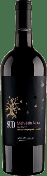 Der SUD Malvasia Nera von der Cantine San Marzano ist ein sortenreiner, weicher und körperreicher Rotwein aus dem italienischen Weinanbaugebiet Apulien. In einer rubinroten Farbe mit schwarz-violetten Reflexen schimmert dieser Wein im Glas. An der Nase entfaltet sich sein fruchtig-würziges Bouquet, dabei dominieren Schwarzkirsche, Nelke, Zimt und Holunderbeere. Dem Gaumen bringt dieser italienische Rotwein ein kräftig-fruchtiges Aromenensemble entgegen. Wundervoll eingebundene Holznoten vereinen sich mit der Würze von Sternanis, Zimt, Nelke und der Frucht von roter Beerenkonfitüre. Der SUD Malvasia Nera kommt rund und weich daher und schließt mit einem nachhaltigen Finale. Vinifikation des Cantine San Marzano Sud Malvasia Nera Der Most der sortenreinen Malvasia Nera Trauben liegt nach der Ernte und der Pressung für 10 Tage auf der Maische. Danach wird er zur Reifung in Barriques aus französischer Eiche gefüllt. Für 4 Monate wird dieser Rotwein darin ausgebaut und erhält seinen würzigen Charakter. Speiseempfehlung für den Malvasia San Marzano SUD Genießen Sie diesen Rotwein aus Italien zu scharfen, orientalischen und indischen Gerichten, wie Lammcurry oder Masala, geschmortem Fleisch aber auch mit eingekochtem Obst und Mandelgebäck.
