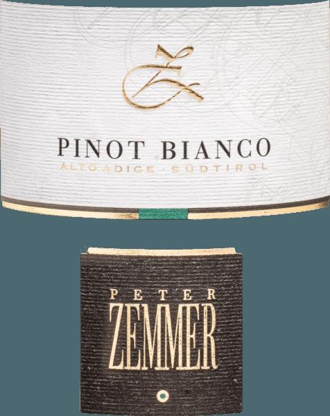 Im Glas zeigt der Pinot Bianco Südtirol aus der Feder von Peter Zemmer eine leuchtend hellgelbe Farbe. Dieser sortenreine italienische Wein offenbart im Glas herrlich ausdrucksstarke Noten von Fliedern, Quitte, Maulbeeren und Nashi-Birne. Hinzu gesellen sich Anklänge von Zimt, Garrigue und Waldboden. Dieser Wein begeistert durch sein elegant trockenes Geschmacksbild. Er wurde mit lediglich 0,5 Gramm Restzucker auf die Flasche gebracht. Wie man es natürlich bei einem Wein erwarten kann, so verzückt dieser Italiener natürlich bei aller Trockenheit mit feinster Balance. Aroma braucht nicht zwangsläufig viel Zucker. Auf der Zunge zeichnet sich dieser ausgeglichene Weißwein durch eine ungemein knackig Textur aus. Durch die balancierte Fruchtsäure schmeichelt der Pinot Bianco Südtirol mit weichem Gefühl am Gaumen, ohne es dabei an Frische missen zu lassen. Im Abgang begeistert dieser lagerfähige Weißwein aus der Weinbauregion Trentino-Alto Adige schließlich mit guter Länge. Es zeigen sich erneut Anklänge an Quitte und Lavendel. Im Nachhall gesellen sich noch mineralische Noten der von Kalkstein und Sand dominierten Böden hinzu. Vinifikation des Peter Zemmer Pinot Bianco Südtirol Dieser balancierte Weißwein aus Italien wird aus der Rebsorte Weißburgunder hergestellt. Die Trauben wachsen unter optimalen Bedingungen in Trentino-Alto Adige. Die Reben graben hier ihre Wurzeln tief in Böden aus Sand und Kalkstein. Nach der Weinlese gelangen die Weintrauben umgehend in die Kellerei. Hier werden Sie sortiert und behutsam aufgebrochen. Es folgt die Gärung im Edelstahltank und großen Holz bei kontrollierten Temperaturen. Der Vergärung schließt sich eine Reifung für einige Monate auf der Feinhefe an, bevor der Wein schließlich abgefüllt wird. Speiseempfehlung zum Peter Zemmer Pinot Bianco Südtirol Dieser italienische Weißwein sollte am besten moderat gekühlt bei 11 - 13°C genossen werden. Er passt perfekt als Begleiter zu Wok-Gemüse mit Fisch, pikantes Curry mit Lamm oder Kürbis-Auf