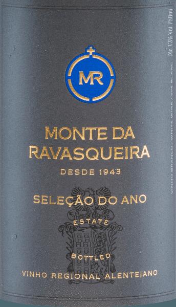 Der Seleção do Año Branco von Monte da Ravasqueira stammt aus dem AnbaugebietAlentejano und wird aus Antão Vaz (50%), Arinto (25%) und Vigonier (25%) vinifiziert. Ein leuchtendes Zitronengelb mit grünlichen Reflexen leuchtet bei diesem Wein im Glas. Das Bouquet wird getragen von ausdrucksstarken Aromen nach gelbem Steinobst - Mirabelle und Aprikose - und herrlich floralen Noten. Am vollmundigen Gaumen ist dieser portugiesische Weißwein wundervoll harmonisch und gut ausbalanciert mit Struktur und Körper. Vinifikation desBranco Monte da RavasqueiraSeleção do Año Nach der Lese der drei verschiedenen Rebsorten für diesen Weißwein wird das Lesegut im Weinkeller temperaturkontrolliert vergoren. Anschließend ruht dieser Wein sowohl in Edelstahltanks (90% des Weins) als auch in Fässern aus französischer Eiche (10% des Weins). Dadurch gewinnt derRavasqueiraSeleção do Año Branco seine körperreiche und strukturierte Persönlichkeit. Speiseempfehlung für denRavasqueiraSeleção do Año Branco Genießen Sie diesen trockenen Weißwein aus Portugal gut gekühlt als Aperitif oder auch zu den verschiedensten Fischgerichten mit hellen Saucen.