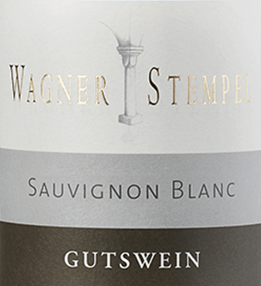 Der Sauvignon Blanc trocken von Wagner-Stempel aus dem deutschen Weinanbaugebiet Siefersheim in Rheinhessen ist ein frischer, ausgeprägt mineralischer und rebsortenreiner Weißwein, der aus biologisch angebauten Trauben vinifiziert wird. Im Glas erstrahlt dieser Wein in einer klaren, hellgelben Farbe mit platingoldenen Glanzlichtern. Dieser deutsche Weißwein aus biologischem Anbau zeigt eine klassische Nase nach reifen Stachelbeeren, sonnengereiften Grapefruits, Cassis und frisch gemähtem Gras. Straff und klar, sehr elegant mit frischer Säure und ausgeprägt mineralischem Körper präsentiert sich der Wagner-Stempel Sauvignon Blanc am Gaumen. Grüne Cassisblätter kommen zum Aromenspiel hinzu und vereinen sich mit Stachelbeeren und frisch gemähtem Gras. Ein Wein mit einer tollen Balance und einem guten Nachhall, der eine gute Tiefe besitzt, ohne damit angeben zu wollen. Vinifikation des Wagner-Stempel Sauvignon Blanc Die Sauvignon Blanc Trauben für diesen Weißwein stammen aus den verschiedenen Lagen der Siefersheimer Weinberge. Die Reben wurzeln in überwiegend sandigem bis steinigem Lehm mit Porphyr-Verwitterungsgestein im Untergrund. Die Trauben werden ausschließlich von Hand gelesen und im Weinkeller von Wagner-Stempel selektiert. Der Gärprozess als auch der Ausbau findet bei diesem Weißwein in Edelstahltanks statt. Speiseempfehlung für den Sauvignon Wagner-Stempel Genießen Sie diesen trockenen Weißwein aus Deutschland zu klassischen Spargelgerichten mit Petersilienkartoffeln, gedünsteter Fisch mit knackigem Gemüse oder auch zu jungen Käsesorten.