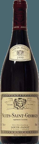 Tief rubinrot ist die Farbe dieses 100%-igen Pinot Noirs aus dem Hause Jadot. Aromen von roten Früchten und Gewürznoten sowie Anklänge von Toast und Kakao umspielen die Nase des Nuits Saint Georges AOC von Louis Jadot. Der kraftvolle Geschmack basiert auf komplexen Aromen und einer guten Struktur. Der harmonische Abgang brilliert mit rundem Tannin, welches dem Wein seine solide Korpulenz verschafft. Ein herrlicher Begleiter zu rotem Fleisch mit Rotweinsauce- gegrillt oder gebraten, eingelegtem Wild und Braten oder zu mittelkräftigen Käsesorten.