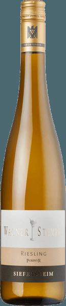 Der Siefersheim Riesling Porphyr von Wagner-Stempel ist ein überaus mineralischer, rebsortenreiner und frischer Weißwein aus dem deutschen Weinanbaugebiet Siefersheim in Rheinhessen. Die Riesling-Trauben werden nach biologischem Anbau kultiviert. Im Glas erstrahlt dieser Wein in einem klaren Hellgelb mit platingoldenen Highlights. Das komplexe Bouquet offenbart intensive Aromen nach saftigen Weinbergpfirsichen und sonnengereiften Aprikosen - perfekt untermalt von vegetabilen Noten nach Minze und Zitronenmelisse. Am Gaumen zeigt sich dieser deutsche Weißwein mit einem unglaublich mineralischen Körper, der von einer frischen und lebendigen Säure begleitet wird. Die wundervolle Komplexität verleiht dem Wagner-Stempel Siefersheim Riesling Porphyr eine perfekte Struktur. Das Finale wartet mit einer schönen Länge auf. Vinifikation des Wagner-Stempel Siefersheimer Porphyr Riesling Die Trauben stammen aus den besten Rieslingparzellen in Siefersheim. Die Böden sind ausgesprochen steinig mit skelettreichem Sand, Schotter und Lehm. Im Untergrund ist Porphyrgestein zu finden. Von Hand werden die Riesling-Trauben gelesen und bereits im Weinberg streng selektiert. Im Weinkeller von Wagner-Stempel wird das Lesegut zuerst in Edelstahltanks vergoren. Nach abgeschlossenem Gärprozess wird dieser Weißwein sowohl in Edelstahltanks als auch im traditionellen Stückfass aus deutscher Eiche ausgebaut. Speiseempfehlung für den Porphyr Riesling Siefersheim Wagner-Stempel Dieser trockene Weißwein aus Deutschland ist ein hervorragender Begleiter zu Vitello Tonnato, gegrilltem Lachs mit Couscous oder auch Gewürz-Kabeljaufilet auf Salat mit Kräutersoße.