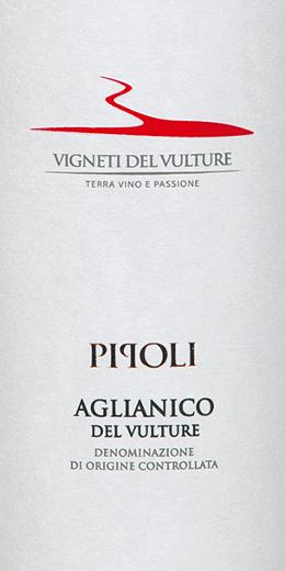 Der Pipoli Aglianico del Vulture von Vigneti del Vulture aus dem italienischen Weinanbaugebiet Basilikata ist ein rebsortenreiner, warmer und eleganter Rotwein. Dieser Wein präsentiert sich im Glas in einem intensiven Rot mit violettem Schimmer. Dabei entfaltet derPipoli Aglianico del Vulturesein vielschichtiges und kräftiges Bouquet mit den Aromen von Kirschen, Vanille, Veilchen, Lakritz und schwarzem Pfeffer. Dieser Rotwein aus Süditalien ist am Gaumen warm und mit einem vollen Körper präsent. Seine reifen und süßen Tannine leiten in das lange und balsamische Finish. Vinifikation des Pipoli Aglianico von Vigneti del Vulture Die Trauben für diesen reinsortigen Aglianico wurden von Hand gelesen, selektiert und anschließend sanft gepresst und entrappt. Vor der Fermentation wurden die Trauben bei einer Temperatur von 4 Grad Celsius für 5 Tage mazeriert und danach bei 22 bis 24 Grad Celsius fermentiert. 40% des Pipoli Aglianico wurden dann für 10 Monate in gebrauchten Barriquefässern ausgebaut, der Rest verblieb in Edelstahltanks. Zur letzten Verfeinerung reifte dieser Wein für zusätzliche 3 Monate in der Flasche. Speiseempfehlung für den Pipoli Aglianico del Vulture Genießen Sie diesen trockenen Rotwein aus Italien zu Gerichten mit Fleisch oder gereiften Käsesorten. Auszeichnungen für den Pipoli Aglianico von Vigneti del Vulture Vinibuoni d'Italia: Goldener Stern für 2015 AWC Vienna: Gold für 2015 Concours International de Lyon: Silber für 2015 Decanter: Bronze für 2015