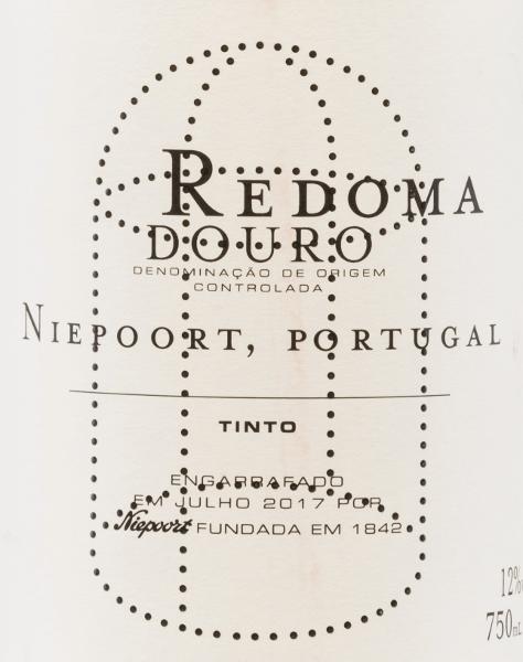 DerRedoma Tinto von Niepoort ist eine wundervoll komplexe Rotwein-Cuvée und wird aus Tinta Amarela, Tinta Cão, Tinta Roriz, Touriga Francesa und weiteren portugiesischen roten Rebsorten vinifiziert. Im Glas leuchtet dieser Wein in einem klaren Rubinrot mit purpurnen Reflexen. Das Bouquet offenbart wundervolle Noten nach frischen roten Früchten - insbesondere Himbeere - und saftiger Pflaume. Unterstrichen wird die Fruchtaromatik von einigen Gewürznoten, einem fein blumigen Anklang nach Zistrosen und einem pflanzlichen Hauch. Am Gaumen präsentiert dieser portugiesische Rotwein einen wundervoll komplexen, festen und kompakten Charakter, der von perfekt strukturierten Tanninen begleitet wird. Die frische Säure harmoniert sehr gut mit dieser portugiesischen Persönlichkeit und der ausdrucksstarken Aromenvielfalt. Mit einem sehr eleganten, mineralischen und lang anhaltenden Finale schließt dieser Wein ab. Vinifikation des Redoma Niepoort Tinto Die Trauben für diesen Rotwein stammen von einem alten Weinberg in der Nähe der Quinta de Nápoles. Die Lese wird ausschließlich von Hand vorgenommen. Das Lesegut wird im Weinkeller streng selektiert und zu 50% werden entrappt. Die Pressung erfolgt mit dem Fuß und die malolaktische Gärung in traditionellen Lagares. Abschließend reift dieser Wein für insgesamt 22 Monate in gebrauchten Holzfudern. Speiseempfehlung für denRedoma Tinto von Niepoort Genießen Sie diesen trockenen Rotwein aus Portugal zu pikanten Auflaufvariationen mit frischen Pilzen, gegrilltem Steak in Pfefferrahmsauce, oder auch zu Gerichten mit Hirsch und Wildschwein. Auszeichnungen für den Niepoort Redoma Tinto James Suckling: 91 Punkte für 2015 Robert M. Parker - The Wine Advocate: 94 Punkte für 2015