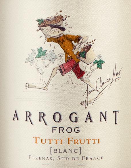 Mit dem Arrogant Frog Tutti Frutti Blanc kommt ein erstklassiger Weißwein ins Glas. Hierin präsentiert er eine wunderbar brillante, hellgelbe Farbe. Dieser junge Weißwein schmeichelt dem Auge zudem mit grüngelben Reflexen Der Nase zeigt dieser Arrogant Frog Weißwein allerlei Schattenmorellen, Zitronengräser, Pampelmusen, Grapefruits und Zwetschken. Als wäre das nicht bereits eindrucksvoll, gesellen sich durch den Ausbau im Edelstahl noch Liebstöckel, Wacholder und grüne Paprika hinzu. Dieser trockene Weißwein von Arrogant Frog ist etwas für Weingenießer, die am liebsten 0,0 Gramm Zucker im Wein hätten. Der Tutti Frutti Blanc kommt dem bereits recht nah, wurde er doch mit gerade einmal 2 Gramm Restzucker vinifiziert. Auf der Zunge zeichnet sich dieser leichtfüßige Weißwein durch eine ungemein knackig und leichte Textur aus. Die Fruchtsäure des Tutti Frutti Blanc ist dabei angenehm zurückhaltend und macht diesen Wein somit herrlich geschmeidig. Das Finale dieses Weißweins aus der Weinbauregion das Languedoc, genauer gesagt aus Coteaux du Languedoc, begeistert schließlich mit gutem Nachhall. Der Abgang wird zudem von mineralischen Noten der von Kalkstein und Ton dominierten Böden begleitet. Vinifikation des Tutti Frutti Blanc von Arrogant Frog Der elegante Tutti Frutti Blanc aus Frankreich ist eine Cuvée, gekeltert aus den Rebsorten Muscat d'Alexandrie, Chardonnay, Colombard, Grenache Blanc, Sauvignon Blanc, Vermentino und Viognier. Die Trauben wachsen unter optimalen Bedingungen im Languedoc. Die Reben graben hier ihre Wurzeln tief in Böden aus Kalkstein und Ton. Der Tutti Frutti Blanc ist ein Alte Welt-Wein im besten Sinne des Wortes, denn dieser Franzose atmet einen außergewöhnlichen europäischen Charme, der ganz klar den Erfolg von Weinen aus der Alten Welt unterstreicht. Nach der Weinlese gelangen die Trauben auf schnellstem Wege ins Presshaus. Hier werden Sie selektiert und behutsam aufgebrochen. Es folgt die Gärung im Edelstahltank bei kontrollierten Temperature