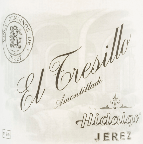 DerEl Tresillo Amontillado von Emilio Hidalgo aus dem Sherry-Anbaugebiet D.O. Jerez in Andalusien, wird ausschließlich aus Palomino Fino Trauben vinifiziert. Eine klare Mahagoni-Farbe mit glitzernden Reflexen schimmert bei diesem Sherry im Glas. Das Bouquet überzeugt mit seiner facettenreichen Aromatik - insbesondere Haselnüsse, Walnüsse und Mandeln stellen sich in den Vordergrund und werden von würzigen Noten begleitet. Am Gaumen präsentiert sich dieser Sherry ausbalanciert mit einem präsenten, vollmundigen und körperreichen Charakter. Auch im langen Finale zeigen sich noch fein-nussige Nuancen. Vinifikation des Emilio HidalgoEl Tresillo Amontillado Die von Hand gelesenen Trauben werden entrappt, sanft gepresst und der daraus entstandene Most temperaturkontrolliert im Edelstahltank vergoren. Im Anschluss wird dieser junge Wein abgezogen, aufgespritet und zur ersten Reife in Fässer aus amerikanischer Eiche gelegt. Dabei werden die Fässer nur zu einem gewissen Teil (maximal 85%) gefüllt, sodass sich die charakteristische Flor (eine Hefeschicht) entwickeln kann, die den Wein luftdicht abschließt und ihm das sherry-spezifische Aroma verleiht. Nach erfolgter Reife wird dieser Wein ins traditionelle Solera-System geleitet, in welchen typgleiche Sherrys in übereinander gereihten Fässern für drei bis zehn Jahre ausgebaut werden. In den unteren Fässern (Solera) lagern hierbei die ältesten Weine, während in den oberen Reihen (Criaderas) die jüngsten Weine aufliegen. Der für den Verkauf bestimmte Sherry wird immer den unteren Fässern entnommen. Hierbei wird jedoch lediglich ein kleiner Teil (maximal ein Drittel) entnommen und der entnommene Teil sodann durch Sherry aus den oberen Reihen aufgefüllt. Das ganze Prinzip wird bis in die obersten Fässer fortgeführt, wo dem Sherry junger Wein, der Mosto, zugesetzt wird. Speiseempfehlung für denEl Tresillo HidalgoAmontillado Dieser Sherry aus Spanien passt hervorragend zu Gerichten mit gepökeltem Fleisch oder auch zu Entenbraten mit 