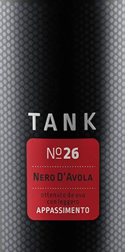 Der TANK No 26 Appassimento Nero d'Avola von Casa Vinicola Minini ist ein sortenreiner Nero d'Avola mit dunklem Kern, gesäumt von violetten Reflexen. Schenkt man diesen Rotwein aus Sizilien in ein großvolumiges Glas ein, machen sich sofort betörende, balsamische Noten sowie getrocknete Früchte wie Korinthen und Dörrpflaumen in der Nase bemerkbar. Reife Fruchtnoten von Kirschen und Pflaumen, verbunden mit feinen Schokoladenanklängen ergänzen das Bouquet. Dazu kommen noch deutliche, würzige Aspekte süßer Gewürze. Am Gaumen hält der TANK No 26 Nero d'Avola was er in der Nase versprach. Dieser Rotwein ist hochkonzentriert, sehr extraktreich, hat aber auch noch genug Fruchtsäure, um nicht marmeladig und stumpf zu wirken. Im langen Nachhall erfreuen vor allem Dörrobstaromen und eine schöne Schokoladennote den Gaumen. Vinifikation für den TANK No 26 Appassimento Nero d'Avola von Minini Mario Minini, der erfolgreich in Norditalien mit der Cantine Francesco Minini und auf Sizlien mit Corte dei Mori Weine produziert, hat sich mit dem TANK No 26 und Camivini einen lang gehegten Traum erfüllt. Endlich hat er aus der autochthon sizilianischen Rebsorte Nero d'Avola einen Wein im Appassimento-Verfahren produzieren können. Beim Appassimento werden die Trauben vor der Verarbeitung wie Rosinen angetrocknet, was Ihren Zuckergehalt und ihr Aromenbild stark verändert. Beim TANK No 26 geschieht dies nicht, wie beim norditalienischen Amarone, auf Strohmatten in Lagerhallen, sondern direkt am Weinstock.  Dafür werden nur beste Parzellen der Weinberge bei Marsala im Norden Siziliens ausgewählt, deren Trauben absolut reif und unbeschadet sind. Die Weinberge liegen im Osten Marsalas auf einer Höhe von über 400 Metern über dem Meeresspiegel. Bei den Reben handelt es sich nicht um eine Neupflanzung, sondern um ertragsarme, alte Reben, die besonders hochwertiges Traubenmaterial produzieren. Nach der schonenden Lese werden die fast rosinierten Trauben für den Tank No 26 zur Kellerei gebracht. Dor