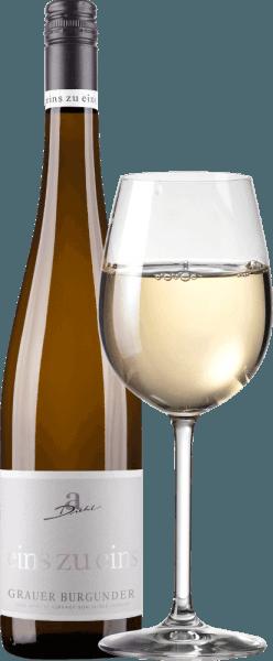 """Der Grauer Burgunder aus der Serie """"Eins zu Eins"""" des Weinguts A. Diehl präsentiert sich mit wunderschöner weißgoldener Farbe im Glas. Dieser sortenreine Pfälzer Weißwein überzeugt mit einem fruchtig, spritzigem und mineralischen Bouquet voller reifer Birnen und Äpfel, ergänzt um zartnussige Noten und mineralisch-kräutrige Untertöne. Am Gaumen startet der Eins zu Eins Grauburgunder frisch, fruchtig und herrlich schmelzig. Fruchtsäure und Restsüße sind exzellent abgestimmt und geben dieser Pfälzer Interpretation des Pinot Grigio richtig viel Trinkigkeit. Im Finale wartet der Graue Burgunder von A. Diehl mit ordentlich Druck, viel Schmelz und einem mineralisch-frischen Abgang auf. Vinifikation des A. Diehl Grauer Burgunder Eins zu Eins Wie üblich in der Wein-Serie Eins zu Eins wird auch dieser Graue Burgunder von Andreas Diehl absolut sortenrein ausgebaut. Die Vinifikation erfolgt im Edelstahltank, so dass der Wein seinen Rebsortencharakter möglichst unverfälscht im Glas widerspiegelt. Da Familie Diehlt Ihren Grauen Burgunder als Kabinett-Prädikatswein vinifiziert, sind jegliche """"Kunstgriffe"""" wie Aufzuckern der Moste oder dergleichen gesetzlich verboten. So verpflichtet sich A. Diehl freiwillig zu noch höherer Qualität. Seine Frau Alexandra-Isabell Diehl bringt es auf den Punkt """"Bei unseren """"eins zu eins"""" Weinen treten Rebsorte und Weinberg, aber auch das Klima und die Entscheidungen eines ganzen Weinjahres unverkennbar zutage. Authentisch und unverwechselbar."""" Speiseempfehlung für den Grauer Burgunder eins zu eins Wir empfehlen den Grauer Burgunder von A. Diehl zu Spargel mit Buttersaucen, Kalbfleischterrine oder zu Tafelspitz."""