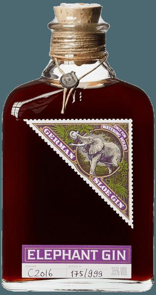 Der Elephant Sloe Gin von Elephant Gin vereint zwei Seelen: den Geschmack des Elephant London Dry Gin mit den typischen Aromen frisch geerneter Schlehen. im Glas zeigt sich dieser Gin von intensiver, dunkelroter Farbe, naturtrüb durch die winzigen Schwebestoffe und dem Fruchtfleisch der Schlehen. Das Bouquet ist ausgesprochen rund und fruchtig-süßlich. Am Gaumen entfaltet sich der Geschmack mild, fruchtig-würzig nach Schlehen, aber nicht zu süß, getragen von relativ hohen Alkoholgehalt. Herstellung des Elephant Sloe Gin von Elephant Gin Für diesen ungewöhnlichen fruchtigen Gin werden nur hochwertige frische Früchte verwendet, per Hand geerntet und sorgfältig selektiert. Nachdem die Haut der Schlehen mit einem Messer eingeritzt wurde, mazerieren die Früchte im Elephant London Dry Gin. Dadurch werden aus den Früchten Farbstoffe und Aromen ausgelöst, es entwickelt sich das mild-würzige Bouquet mit dem typsischen Schlehenaroma. Um die Balance zwischen den säuerlichen und süßen Aromen zu erreichen wird zuletzt nur soviel Zucker hinzugegeben wie nötig. Es werden keine künstlichen Aromastoffe hinzugefügt. Der Elephant Sloe Gin wird nicht filtriert, viele natürliche Aromastoffe bleiben erhalten und der Gin bekommt seinen naturtrüben Charakter. Der Elephant Sloe Gin ist auf 999 Flaschen pro Batch limitiert, die Herstellung unterliegt konstanten Qualitätsprüfungen. Die hohe Qualität, sowie die Ausstattung, folgen dem bekannten Design der Elephant Gins, mit handbeschriftetem Etikett, handgedrehter Kordel, Naturkorken und Bleisiegel. Servierempfehlung für den Elephant Sloe Gin von Elephant Gin Geniessen Sie diesen fruchtig-würzigen Sloe Gin am besten pur. Durch seine geringe Süße und den relativ hohen Alkoholgehalt eigenet ist dieser Gin auch gut für Cocktails geeignet.