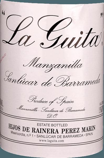 """Der La GuitaManzanilla stammt aus der Fischerstadt Sanlucur de Barrameda in der Flamenco-Region Andalusien. Dieser sortenrein aus Palomino Fino vinifizierte Sherry reifte in Betonfässern, bevor er 4 bis 5 Jahre im Solera-System durchlebte. Das Ergebnis ist ein eleganter und frischer Premium-Sherry, dessen Bouquet mit Apfelaromen begeistert. Eine zart-salzige Meeresbrise, Mirabellen, Birnen und ein feiner Anflug von grünen Mandeln ergänzen die Nase des La GuitaManzanilla. Am Gaumen startet der La GuitaManzanilla herrlich frisch, pikant und von feinen Hefenoten getragen. Im Finale genießt man dezente Nuancen von Bittermandeln. Vinifikation des La GuitaManzanilla Sherrys Nach der Gärung wird der Grundwein auf 15% vol. Alkohol verstärkt und anschließend in die Fässer der Solera gefüllt. Da in diesem Fässern immer ein Fünftel leer bleibt, bildet sich auf der Oberfläche schnell die für Sherry typische Kahmhefe, die sich vom Alkohol ernährt. Sie deckelt die Oberfläche und verhindert sich die Oxidation des Sherrys. Heraus kommt ein Fino bzw. ein Manzanilla Sherry, der mit Frische, zarter, grüner Bittermandelaromatik und feiner, salziger Meeresbrise begeistert. La Guita heißt übrigens """"die Schnur"""", was sich natürlich an der Flasche wiederfindet. Entstanden ist der Name durch Domingo Pérez Marín, den Gründer des Hauses. Er verkaufte seinen begehrten Sherry nur gegen Bares - auf Spanisch umgangssprachlich """"Schnur"""". Speiseempfehlung für den La Guita Manzanilla Sherry Servieren Sie den La Guita stets gut gekühlt zu spanischen Tapas aller Art, wie Manchego- Käse, Iberico-Schinken, Meeresfrüchten oder Oliven - aber probieren Sie den Manzanilla auch einmal als Begleiter für ein komplettes andalusisches Menü!"""