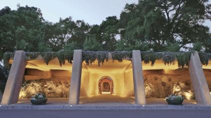 Eingang zu den Lagerhöhlen des Guts