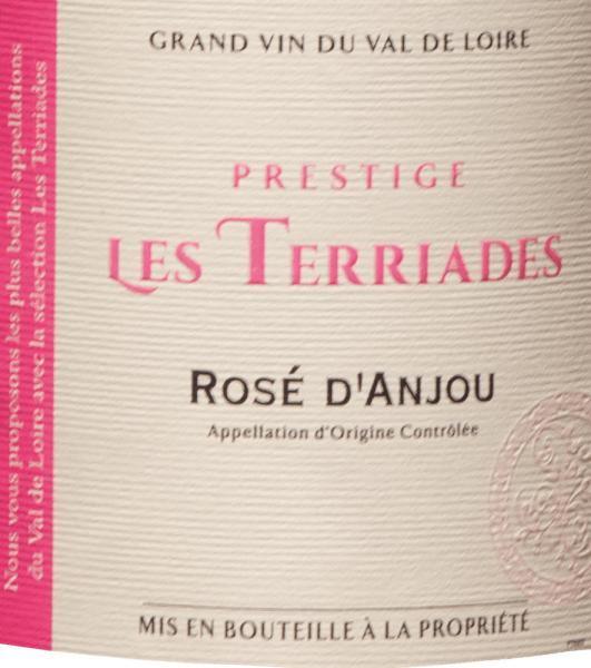Der Rosé d'Anjou Les Terriades aus dem Val de Loire zeigt sich im Glas in brillant schimmerndem Rosé. Der Rosé d'Anjou Les Terriades kann zurecht als außergewöhnlich fruchtbetont und samtig bezeichnet werden, da er mit einem wunderbar lieblichen Geschmacksprofil vinifiziert wurde und Aromen von Erdbeeren und roten Johannisbeeren zeigt. Leichtfüßig und vielschichtig präsentiert sich dieser leichte Roséwein am Gaumen. Durch seine lebendige Fruchtsäure präsentiert sich der Rosé d'Anjou Les Terriades am Gaumen herrlich frisch und lebendig. Das Finale dieses jugendlichen Roséwein aus der Weinbauregion das Val de Loire, genauer gesagt aus Anjou, begeistert schließlich mit gutem Nachhall. Der Abgang wird zudem von mineralischen Anklängen der von Mergel und Ton dominierten Böden begleitet. Vinifikation des Les Caves de la Loire Rosé d'Anjou Les Terriades Der elegante Rosé d'Anjou Les Terriades aus Frankreich ist eine Cuvée, hergestellt aus den Rebsorten Gamay und Groslot. Im Val de Loire wachsen die Reben, die die Trauben für diesen Wein hervorbringen auf Böden aus Kalkstein, Ton, Kies und Mergel. Zum Zeitpunkt optimaler Reife werden die Trauben für den Rosé d'Anjou Les Terriades ohne die Hilfe grober und wenig selektiver Traubenvollernter ausschließlich von Hand geerntet. Nach der Handlese gelangen die Weintrauben umgehend ins Presshaus. Hier werden sie selektiert und behutsam aufgebrochen. Es folgt die Gärung im Edelstahltank bei kontrollierten Temperaturen. Nach ihrem Ende kann sich der Rosé d'Anjou Les Terriades für einige Monate auf der Feinhefe weiter harmonisieren.. Speiseempfehlung für den Rosé d'Anjou Les Terriades von Les Caves de la Loire Dieser Roséwein aus Frankreich sollte am besten gut gekühlt bei 8 - 10°C genossen werden. Er passt perfekt als Begleiter zu Wok-Gemüse mit Fisch, Fenchelsalat mit roten Linsen oder Pfirsich-Maracuja-Dessert.