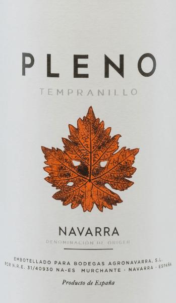 Der Pleno Tempranillo Tinto von Bodegas Agronavarra erscheint in einem herrlichen brillanten, dunklen Kirschrot. Neben den für die Rotwein-Rebsorte Tempranillo charakteristischen Fruchtaromen von Erdbeeren und Himbeeren, erinnert sein Duft an Sauerkirschen und Gewürze. Am Gaumen ist dieser spanische Rotwein rund und geschmeidig und zeichnet sich durch einen kräftigen Körper und schönes Volumen aus. Der Pleno Tinto besitzt einen langen Nachhall, was für einen Wein dieser Preisklasse bereits außergewöhnlich ist. Vinifikation des Pleno Tempranillo Nach der Lese werden die Trauben des Weinguts Agronavarra gepresst und im Edelstahltank temperaturkontrolliert vergoren. Nach Abschluss der Gärung ruht dieser Rotwein aus Navarra in Edelstahltanks und rundet dort ab, bevor er trinkreif zu uns nach Deutschland kommt. Speiseempfehlung für den Tempranillo Pleno von Agronavarra Wir empfehlen diesen angenehmen Rotwein zu rustikalen und kräftigen Fleischgerichten und dunklem Geflügel. Ebenso ist er ein idealer Begleiter zu Grillgerichten im Sommer.