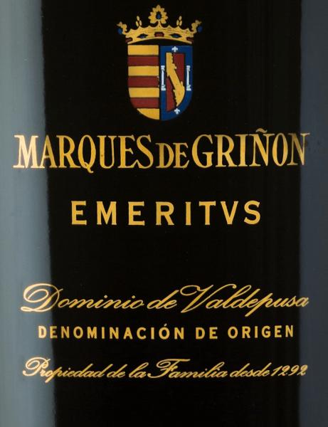 Der EmeritusDominio de Valdepusa von Marques de Grinonist eine ausdrucksstarke, komplexe Rotwein-Cuvée aus den Rebsorten Cabernet Sauvignon (83%), Petit Verdot (11%) und Syrah (6%). Im Glas leuchtet dieser spanische Wein in einemdunklen Rubinrot mit leichten violetten Reflexen. Das intensive und komplexe Bouquet zeigt vielschichtige Aromen von dunklen roten und schwarzen Waldbeeren, ergänzt um Minze, feines Zedernholz, wilde Rosen, Gewürznelken, Lavendel und Paprika. Am Gaumen offenbart sich diese Cuvée als ein spektakulärer und außergewöhnlicher Wein von enormer Länge. Vinifikation desMarques de GrinonEmeritus Die Trauben wachsen in der spanischen Anbauregion D.O.Dominio de Valdepusa an 5 Jahre alten Rebstöcken. Die Böden sind reichhaltig an Kalk und Lehm. Der Lesezeitrum beginnt Mitte September und geht bis Mitte Oktober. Die Trauben werden sorgsam von Hand gelesen und streng selektiert. Das Traubengut wird im Weinkeller vonMarques de Grinon sanft gepresst. Die daraus entstandene Maische wird daraufhin in Edelstahltanks temperaturkontrolliert vergoren. Abgerundet wird dieser spanische Rotwein für insgesamt 24 Monate in Holzfässern aus französischer Eiche. Speiseempfehlung für denEmeritusDominio de Valdepusa Marques de Grinon Genießen Sie diesen trockenen Rotwein aus Spanien zu Wildgerichten - insbesondere zu Hirschbraten oder Rehrücken mit Preiselbeeren. Diesen Rotwein aus dem Pago Dominio de Valdpusa sollten Sie frühzeitig vor dem Genuss dekantieren. Auszeichnungen für denEmeritusMarques de Grinon Vinous: 92 Punkte für 2011 Guìa Peñìn: 94 Punkte für 2011 Wine Enthusiast: 92 Punkte für 2011