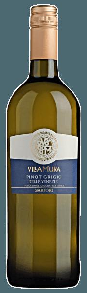 Der Villa Mura Pinot Grigio Venezie von Sartori di Verona aus Venetien zeigt im Glas eine brillante, kupfergoldene Farbe. Die Nase dieses Weißweins aus Venetiens überzeugt mit Noten von Heidelbeere, Zitronengras, Pomelo und Kumquat.Gerade seine fruchtbetonte Art macht diesen Wein so besonders. Der Villa Mura Pinot Grigio Venezie von Sartori di Verona ist die richtige Wahl für alle Wein-Genießer, die möglichst wenig Restzucker im Wein mögen. Dabei zeigt er sich aber nie karg oder spröde. Am Gaumen präsentiert sich die Textur dieses leichtfüßigen Weißweins wunderbar leicht. Durch die balancierte Fruchtsäure schmeichelt der Villa Mura Pinot Grigio Venezie mit gefälligem Gaumengefühl, ohne es gleichzeitig an Frische missen zu lassen. Das Finale dieses Weißweins aus der Weinbauregion Venetien begeistert schließlich mit schönem Nachhall. Vinifikation des Villa Mura Pinot Grigio Venezie von Sartori di Verona Der elegante Villa Mura Pinot Grigio Venezie aus Italien ist ein reinsortiger Wein, hergestellt aus der Rebsorte Grauburgunder. Nach der Weinlese gelangen die Trauben auf schnellstem Wege ins Presshaus. Hier werden Sie selektiert und behutsam gemahlen. Es folgt die Gärung im Edelstahltank bei kontrollierten Temperaturen. Nach ihrem Ende kann sich der Villa Mura Pinot Grigio Venezie für einige Monate auf der Feinhefe weiter harmonisieren.. Speiseempfehlung zum Sartori di Verona Villa Mura Pinot Grigio Venezie Trinken Sie diesen Weißwein aus Italien am besten sehr gut gekühlt bei 5 - 7°C als begleitenden Wein zu Spargelsalat mit Quinoa, Birnen-Limetten-Strudel oder Holunderblüten-Joghurt-Eis mit Zitronenmelisse.