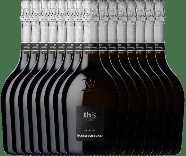 Mit dem Borgo Molino 15er Paket kommt ein erstklassiger Schaumwein ins Weinglas. Hierin offenbart er eine wunderbar brillante, platingelbe Farbe. Die Perlage dieses Schaumweins zeigt sich im Glas ungemein fein, elegant und lang anhaltend. Die Farbe dieses Weißweins zeigt im Kern zudem Reflexe. Gibt man ihm durch Schwenken etwas Luft, so zeichnet sich dieser Schaumwein durch eine ungemeine Leichtigkeit aus, die ihn schwungvoll im Glas tanzen lässt. Dieser italienische Wein begeistert durch sein elegant trockenes Geschmacksbild. Er wurde mit außergewöhnlich wenig Restzucker auf die Flasche gebracht. Hier handelt es sich um einen echten Qualitätswein, der sich klar von einfacheren Qualitäten abhebt und so verzückt dieser Italiener natürlich bei aller Trockenheit mit feinster Balance. Exzellenter Geschmack braucht nicht unbedingt viel Restzucker. Das Finale dieses Schaumweins aus der Weinbauregion Venetien besticht schließlich mit beachtlichem Nachhall. Der Abgang wird zudem von mineralischen Anklängen der von Sand und Mergel dominierten Böden begleitet. Vinifikation des 15er Paket von Borgo Molino Dieser elegante Schaumwein aus Italien wird aus den Rebsorten Glera und Riesling gekeltert. In Venetien wachsen die Reben, die die Trauben für diesen Wein hervorbringen auf Böden aus Sand, Kies und Mergel. Der 15er Paket ist ein Alte Welt-Wein durch und durch, denn dieser Italiener atmet einen außergewöhnlichen europäischen Charme, der ganz klar den Erfolg von Weinen aus der Alten Welt unterstreicht. Im Anschluss an die Lese werden die Trauben zügig ins Presshaus gebracht. Hier werden sie selektiert und behutsam gepresst. Anschließend erfolgt die Gärung der Grundweine. Speiseempfehlung zum Borgo Molino 15er Paket Dieser italienische Schaumwein sollte am besten gut gekühlt bei 8 - 10°C genossen werden. Er eignet sich perfekt als Begleiter zu Kokos-Limetten-Fischcurry, Spargelsalat mit Quinoa oder fruchtiger Endiviensalat.
