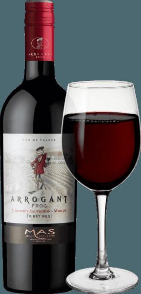 Der Ribet Red von Arrogant Frog ist eine wundervoll weiche, französische Rotwein-Cuvée aus den Rebsorten Cabernet Sauvignon (60%) und Merlot (40%). Dieser Wein besticht bereits mit seiner tief rubinroten Farbe im Glas. Das elegant und komplexe Bouquet erinnert an schwarze Früchte wie schwarze Johannisbeeren, Heidelbeeren, Kirschen und Pflaumen, ergänzt um würzige Noten von Vanille und Lakritz. Am Gaumen präsentiert sich dieser französische Rotwein schön ausbalanciert, mit weichen, gut integrierten Tanninen und einem langen Nachhall, der warme Pflaumennuancen mit sich bringt. Vinifikation des Arrogant Frog Cabernet Sauvignon Merlot Nach der Lese der vollreifen Trauben, werden diese zunächst nach Rebsorten getrennt entrappt, eingemaischt und die Maische temperaturkontrolliert in Edelstahltanks vergoren. Nachdem die Maische abgepresst wurde folgte die Vermählung der beiden Weine. Im Anschluss werden 25% dieser Cuvée für vier Monate in Eichenfässern und 75% in Edelstahltanks ausgebaut. Nach der Reife im Fass rundet der Arrogant Frog Cabernet Sauvignon Merlot zwei weitere Monate in Bottichen ab, bevor dieser Rotwein auf die Flaschen gefüllt wird. Speiseempfehlung für den Cabernet Sauvignon Merlot Arrogant Frog Dieser trockene Rotwein aus Frankreich ist ein echter Genuss zu Rouladen mit Klößen und Blaukraut. Aber auch zu gemütlichen Grillabenden mit der Familie und der Freunde ist dieser Wein der perfekte Begleiter. Auszeichnungen für den Ribet Red von Arrogant Frog Mundus Vini: Silber für 2017