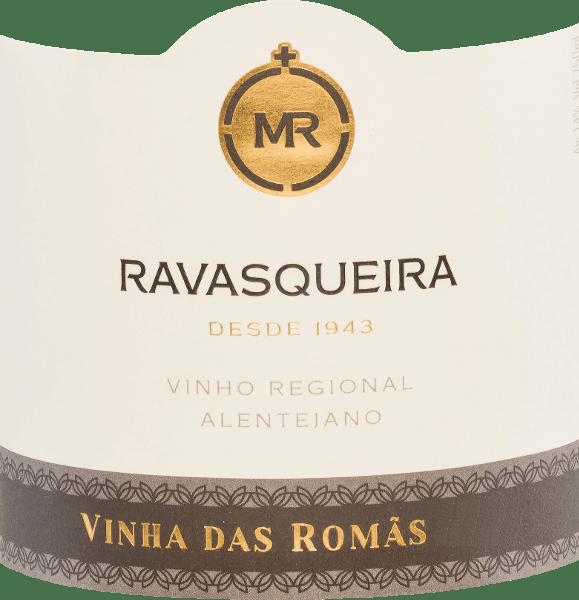 DerVinha das Romãsvon Monte da Ravasqueira ist eine faszinierende, ausdrucksstarke Rotwein-Cuvée aus Syrah (50%) und Touriga Francesa (50%). Im Glas präsentiert sich dieser portugiesische Wein einem satten Schwarzrot. Anfangs ist das Bouquet noch sehr zurückhaltend, doch nach und nach öffnen sich wundervolle Aromen nach schwarzen Beeren - insbesondere Brombeere - Zedernholz und Kardamom. Dazu gesellen sich noch würzige, erdige sowie mineralische Anklänge. Das markante Tanningerüst wird perfekt von der fleischigen, saftigen Textur unterstrichen. Die Tannine begleiten bis in den langen, eleganten Nachhall. Dieser portugiesische Rotwein überzeugt nicht nur mit seiner Aromenvielfalt, sondern auch mit seiner Intensität und langem Reifepotenzial. Vinifikation desVinha das Romãs Monte da Ravasqueira Die Trauben für diesen Rotwein stammen von einer Einzellage - der Vinha das Romãs. Daher stammt auch der Name für diesen Wein. Nach der sorgfältigen Lese werden die Trauben im Weinkeller selektiert. Anschließend wird die Maische temperaturkontrolliert in Barriques vergoren. Für insgesamt 20 Monate reift dieser Wein in Holzfässern aus französischer Eiche. Dadurch gewinnt er seine kräftige Farbe, markanten Tannine und würzigen Aromen. Speiseempfehlung für denRavasqueira Vinha das Romãs Bevor Sie diesen wundervollen trockenen Rotwein aus Portugal genießen, sollten Sie diesen frühzeitig dekantieren. Dieser Wein ist ein herrlicher Solist, passt aber auch hervorragend zu Speisen mit rotem Fleisch. Auszeichnungen für denVinha das Romãsvon Monte da Ravasqueira Mundus Vini: Gold für 2014 Decanter: 95 Punkte für 2014