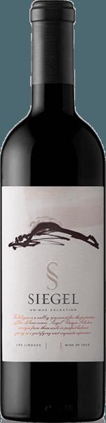 Der Unique Selection von Vina Siegel ist eine unvergessliche Cuvée aus den Rebsorten Cabernet Sauvignon (45%),Carménère (35%) und Syrah (20%). Im Glas schimmert eine wundervolle violette Farbe. Das Bouquet verwöhnt mit ausdruckstarken Aromen nach roten Beeren - insbesondere Himbeere und rote Johannisbeere und vielfältigen Würznoten. Untermalt werden die Aromen der Nase von Nuancen an roter Paprika, frisch gemahlenem Kaffee und etwas Tabak. Am Gaumen zeigt sich dieser chilenische Rotwein mit einem weichen, gut eingebundenen Tanningerüst und herrlicher Komplexität. Das Finale ist wundervoll lang und anhaltend. Vinifikation desUnique Selection Die Trauben für diesen Rotwein aus Chile stammen aus den Anbaugebieten vonColchagua Valley und Central Valley. Nach der 2-3 wöchigen Mazerationsgärung erfolgt die malolaktische Gärung in Barriques. Damit der Unique Selection seinen unverwechselbaren Charakter erlangt, wird dieser noch für 16 in Barriques ausgebaut und reift für weitere 6 Monate in der Flasche. Speiseempfehlung für denViña SiegelUnique Selection Genießen Sie diesen trockenen Rotwein zu Rinderroulade mit Rotkohl und Petersilienkartoffeln, Hähnchen-Curry mit Basmatireis oder auch zu würzigen Käsesorten. Auszeichnungen für den Unique Selection Tim Atkin: 94 Punkte für 2013 Descorchados: 94 Punkte für 2013 Carménère al Mundo: Gold für 2013 Concours Mondial de Bruxelles: Grand Gold für 2013 International Wine & Spirit Competition: Silber für 2013