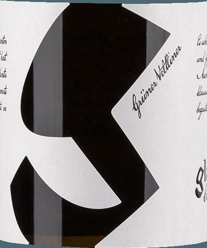 DerGrüner Veltliner von Glatzer ist ein rebsortenreiner, lebhafter Weißwein aus dem österreichischen Weinanbaugebiet Carnuntum. in einem zarten Strohgelb mit glitzernden Glanzlichtern erstrahlt dieser Wein im Glas. Das sortentypische Bouquet offenbart frische Noten nach knackig grünen Äpfeln, sonnengereiften Zitrusfrüchte - besonders Zitrone und Grapefruit - sowie die typischen Nuancen nach weißem Pfeffer. Am Gaumen besitzt dieser österreichische Weißwein einen wundervoll dichten Körper mit viel lebhafter Frische. Die Aromen der Nase werden sehr schön von dem Pfefferli des Grünen Veltliners unterstrichen. Speiseempfehlung für den Glatzer Grüner Veltliner Dieser trockene Weißwein aus Österreich passt hervorragend zu allerlei Fischgerichten - egal ob gegrillt, gebraten, gekocht oder gedünstet - bunten Sommersalaten mit Hähnchenbrust oder auch einfach nur Solo auf dem Balkon oder der Terrasse.