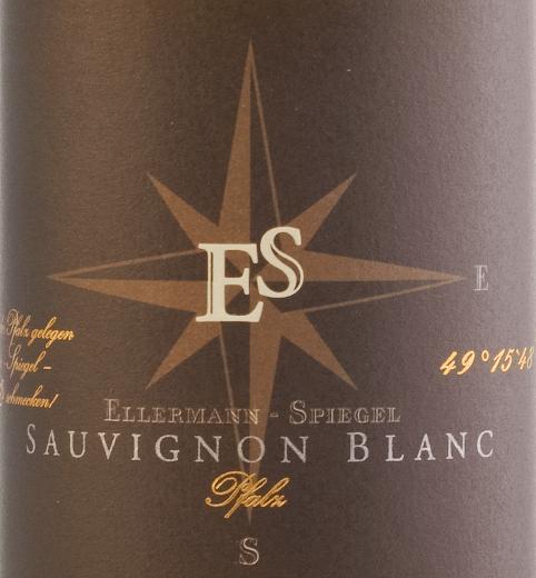 Der Sauvignon Blanc Gutswein trocken von Ellermann-Spiegel kommt Hellgelb schimmernd ins Glas. Im Bukett zeigt sich schon sein ganz eigener Stil. Er wird geprägt von herrlich reifen Stachelbeeren, tropischen Noten von Mango und gelber Kiwi und weiterem gelbem Steinobst. Zarte Kräuternuancen von Gras und Zitronenmelisse ergänzen. Am Gaumen ist dieser pfälzische Sauvignon Blanc Gutswein trocken von Ellermann-Spiegel wunderbar rassig, frisch, lebendig und griffig, er hat Extrakt und Power. Würzig und mit frischer Säure rollt er über die Zunge und verabschiedet sich in einen langen, mineralischen Abgang. Vinifikation des Ellermann-Spiegel Sauvignon Blanc Der Sauvignon Blanc wurde von Frank Spiegel temperaturkontrolliert im Edelstahltank vergoren und anschließend einige Zeit auf der Feinhefe gereift, so dass sich seine Aromatik noch weiter verfeinern konnte. Speiseempfehlung zum Ellermann-Spiegel Sauvignon Blanc Genießen Sie den Sauvignon Blanc Gutswein trocken vom Winzer Frank Spiegel zu asiatischen Gerichten wie Bun Bo oder auch zu pfannengerührten Currys mit Ingwer, Thai-Basilikum und Zitronengras.