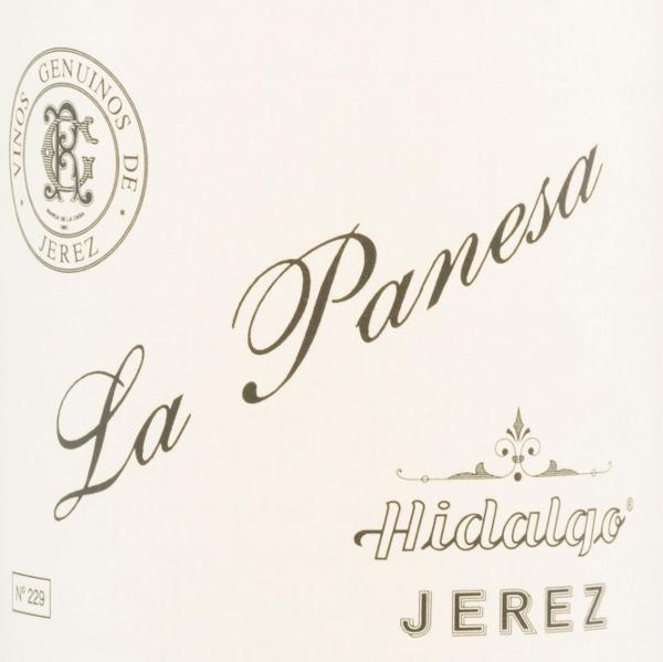 DerLa Panesa Especial Fino von Emilio Hidalgo aus dem andaluischen Sherry-Anbaugebiet D.O. Jerez wird ausschließlich aus Palomino Fino vinifiziert. Ein strahlendes Goldgelb mit goldenen Highlights erstrahlt bei diesem Wein im Glas. In der Nase entfalten sich intensive Aromen nach frischen Nüssen, mediterranen Gewürzen und dezenten mineralischen Anklängen. Der Gaumen erfreut sich über einen vollmundigen und lebendigen Charakter. Das Finale wartet mit einer anhaltenden Länge und Eleganz auf. Vinifikation des Emilio HidalgoLa Panesa Especial Fino Die von Hand gelesenen Trauben werden entrappt, sanft gepresst und der daraus entstandene Most temperaturkontrolliert im Edelstahltank vergoren. Im Anschluss wird dieser junge Wein abgezogen, aufgespritet und zur ersten Reife in Fässer aus amerikanischer Eiche gelegt. Dabei werden die Fässer nur zu einem gewissen Teil (maximal 85%) gefüllt, sodass sich die charakteristische Flor (eine Hefeschicht) entwickeln kann, die den Wein luftdicht abschließt und ihm das sherry-spezifische Aroma verleiht. Nach erfolgter Reife wird dieser Wein ins traditionelle Solera-System geleitet, in welchen typgleiche Sherrys in übereinander gereihten Fässern für drei bis zehn Jahre ausgebaut werden. In den unteren Fässern (Solera) lagern hierbei die ältesten Weine, während in den oberen Reihen (Criaderas) die jüngsten Weine aufliegen. Der für den Verkauf bestimmte Sherry wird immer den unteren Fässern entnommen. Hierbei wird jedoch lediglich ein kleiner Teil (maximal ein Drittel) entnommen und der entnommene Teil sodann durch Sherry aus den oberen Reihen aufgefüllt. Das ganze Prinzip wird bis in die obersten Fässer fortgeführt, wo dem Sherry junger Wein, der Mosto, zugesetzt wird. Speiseempfehlung für den La PanesaHidalgo Especial Fino Genießen Sie diesen trockenen Sherry zu allerlei süß-würzigen Speisen der asiatischen Küche - insbesondere zu Sushi passt dieser Wein hervorragend. Auszeichnungen für denLa Panesa Especial Fino von Emilio Hidalgo Vinum