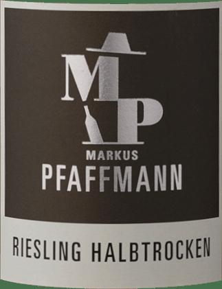 Mit dem Markus Pfaffmann MP Riesling kommt ein erstklassiger Weißwein ins geschwenkte Glas. Hierin präsentiert er eine wunderbar brillante, hellgelbe Farbe. Dieser sortenreine deutsche Wein zeigt im Glas herrlich ausdrucksstarke Noten von Flieder, Jasmin, Schattenmorellen und Aprikosen. Hinzu gesellen sich Anklänge von Garrigue, Wacholder und mediterranen Kräutern. Auf der Zunge zeichnet sich dieser leichtfüßige Weißwein durch eine ungemein schmelzige Textur aus. Durch seine lebendige Fruchtsäure zeigt sich der MP Riesling am Gaumen herrlich frisch und lebendig. Im Abgang begeistert dieser Weißwein aus der Weinbauregion Pfalz schließlich mit beachtlicher Länge. Erneut zeigen sich wieder Anklänge an Akazie und Jasmin. Im Nachhall gesellen sich noch mineralische Noten der von Lehm und Sand dominierten Böden hinzu. Vinifikation des Markus Pfaffmann MP Riesling Grundlage für den eleganten MP Riesling aus Pfalz sind Trauben aus der Rebsorte Riesling. In der Pfalz wachsen die Reben, die die Trauben für diesen Wein hervorbringen auf Böden aus Lehm, Sand, Kalkstein und Lössboden. Nach der Lese gelangen die Trauben zügig in die Kellerei. Hier werden sie sortiert und behutsam gemahlen. Es folgt die Gärung im Edelstahltank bei kontrollierten Temperaturen. Nach ihrem Ende kann sich der MP Riesling für einige Monate auf der Feinhefe weiter harmonisieren. Speiseempfehlung für den MP Riesling von Markus Pfaffmann Dieser Deutsche Wein sollte am besten gut gekühlt bei 8 - 10°C genossen werden. Er passt perfekt als begleitender Wein zu Gemüsetopf mit Pesto, Kabeljau mit Gurken-Senf-Gemüse oder gebratener Kalbsleber mit Äpfeln, Zwiebeln und Balsamessigsauce.