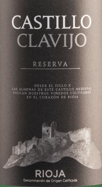 Der Castillo de Clavijo Reserva Tinto DOCa von Criadores de Rioja ist eine wundervolle Cuvée aus den Rebsorten Tempranillo (85%), Garnacha Tinta (10%) und Mazuelo (5%). Dieser spanische Rotwein offenbart sich in einer tiefdunklen kirschroten Farbe, die schon etwas in das Schwarze übergeht In der Nase präsentiert dieser Wein neben fruchtigen Nuancen (Brombeeren, rote Johannisbeeren, Kirschen) angenehm intensive Aromen von Gewürzen, edlem Holz, Röstnoten und Vanille. Ein saftiges, fleischiges Mundgefühl und ein dominanter Körper entfalten sich am Gaumen. Im lang anhaltenden Abgang zeigt sich eine gute Balance zwischen reifen Früchten und deutlichen Tanninen. Vinifikation des Castillo de Clavijo Reserva Tinto Nach der manuellen Lese der Trauben des Weingutes Criadores de Rioja werden diese entrappt, gemahlen und temperaturkontrolliert in Edelstahltanks vergoren. Im Anschluss reift dieser Rotwein aus Rioja für 18 Monate in amerikanischen und französischen Eichenfässern. Speiseempfehlung für den Criadores de Rioja Castillo de Clavijo Reserva Dieser Rotwein aus Spanien ist der perfekte Begleiter zu Tapas, würzigen Lammgerichten, geschmorten Rinderbraten und kräftigen Hartkäsesorten. Auszeichnungen des Rotweins Castillo de Clavijo Reserva Mundus Vini: Gold für 2011 Berliner Wein Trophy: Gold für 2010