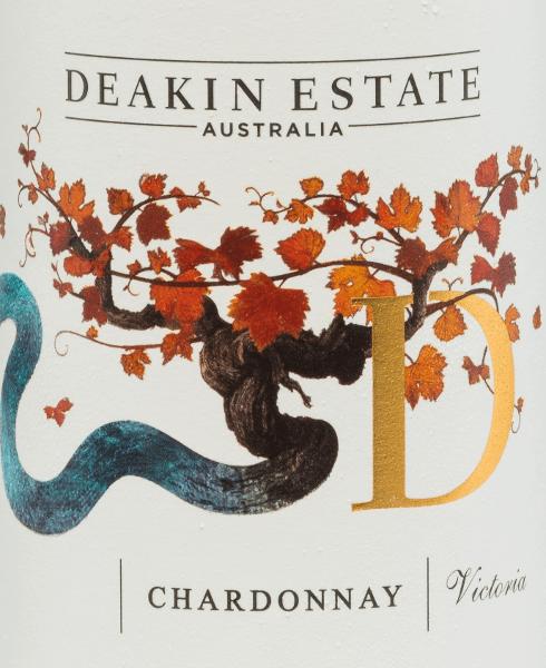 Der rebsortenreine Chardonnay von Deakin Estate präsentiert sich in einem hellen Strohgelb mit grünlichen Reflexen. In der Nase begeistert dieser australische Weißwein mit fruchtigen Aromen nach weißem Pfirsich, reifer Nektarine und Honigmelone. Am Gaumen präsentiert sich dieser Wein opulent und weich mit und tropischen Noten und hinterlässt ein cremiges Gefühl. Eine großartige Säurestruktur sorgt zusätzlich für etwas Frische. Dieser Weißwein verabschiedet sich in einen langanhaltenden Nachhall. Speiseempfehlung für den Deakin Chardonnay Trinken Sie diesen trockenen Weißwein aus Australien zu gegrilltem Gemüse, cremigen Pasta-Gerichten, gegrilltem Fisch, Hühnchen-Salat, Schweinefleisch und Käsesoufflé sowie zu leicht gewürzten Thai-Gerichten.