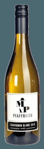 Der Sauvignon Blanc Qualitätswein trocken von Markus Pfaffmann zeigt sich in einer hellen Farbe mit einem silbrigen Schimmer. Klare, intensive Töne nach Stachelbeere, weiße Johannisbeere und einem Hauch Paprika, gepaart mit einer entzückenden floralen Nuance. Der Geschmack ist klar, frisch und fein mit einer hervorragenden Mineralität und anregenden Frucht. Er offenbart einen schlanken, leichten Körper und eine enorm harmonische Ausgewogenheit zwischen Frische und Fülle mit einer äußerst guten Länge im Mund. Trinken Sie ihn als Aperitif, zu frischen Salaten, Gemüse-Quiche, gegrillten Garnelen, Räucherlachs und Risotto.