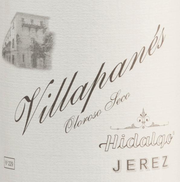 Aus dem spanischen Anbaugebiet D.O. Jerez stammt der Villapanés Oloroso Seco von Emilio Hidalgo - ein Sherry, der ausschließlich aus der Rebsorte Palomino Fino vinifiziert wird. Fast 15 Jahre reift dieser Wein in französischer Eiche. Im Glas zeigt sich eine ansprechende Mahagonifarbe mit goldbraunen Glanzlichtern. Das Bouquet ist trotz der langen Fassreife immer noch frisch und elegant mit Aromen nach Walnüssen, Haselnüssen und Walnüssen, unterlegt von einer feinen Würze. Am Gaumen überzeugt dieser Sherry mit seiner tiefgründigen, nachhaltigen Persönlichkeit und einem lang anhaltenden Nachhall. Vinifikation des Emilio HidalgoVillapanés Oloroso Seco Die von Hand gelesenen Trauben werden entrappt, sanft gepresst und der daraus entstandene Most temperaturkontrolliert im Edelstahltank vergoren. Im Anschluss wird dieser junge Wein abgezogen, aufgespritet und zur ersten Reife in Fässer aus amerikanischer Eiche gelegt. Dabei werden die Fässer nur zu einem gewissen Teil (maximal 85%) gefüllt, sodass sich die charakteristische Flor (eine Hefeschicht) entwickeln kann, die den Wein luftdicht abschließt und ihm das sherry-spezifische Aroma verleiht. Nach erfolgter Reife wird dieser Wein ins traditionelle Solera-System geleitet, in welchen typgleiche Sherrys in übereinander gereihten Fässern für drei bis zehn Jahre ausgebaut werden. In den unteren Fässern (Solera) lagern hierbei die ältesten Weine, während in den oberen Reihen (Criaderas) die jüngsten Weine aufliegen. Der für den Verkauf bestimmte Sherry wird immer den unteren Fässern entnommen. Hierbei wird jedoch lediglich ein kleiner Teil (maximal ein Drittel) entnommen und der entnommene Teil sodann durch Sherry aus den oberen Reihen aufgefüllt. Das ganze Prinzip wird bis in die obersten Fässer fortgeführt, wo dem Sherry junger Wein, der Mosto, zugesetzt wird. Speiseempfehlung für denVillapané HidalgoOloroso Seco Dieser Sherry aus Spanien ist leicht gekühlt ein wundervoller Solist. Aber auch zu kräftigen Eintöpfen (wie bei O